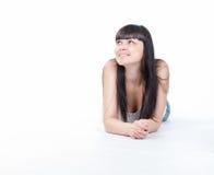 La giovane donna graziosa felice sta guardando su Fotografia Stock