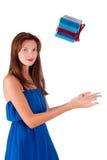 La giovane donna graziosa prende il contenitore di regalo Fotografia Stock