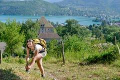 La giovane donna graziosa sta facendo un'escursione in montagne Immagine Stock Libera da Diritti