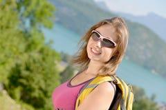 La giovane donna graziosa sta facendo un'escursione in montagne Fotografia Stock Libera da Diritti