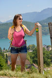 La giovane donna graziosa sta facendo un'escursione in montagne Immagini Stock Libere da Diritti