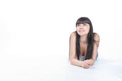 La giovane donna graziosa sta guardando su Immagine Stock Libera da Diritti