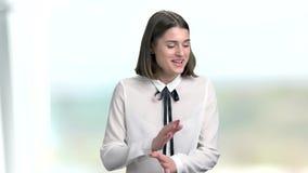 La giovane donna graziosa sta ridendo, ritratto video d archivio