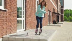 La giovane donna guida con un ostacolo sui pattini di rullo stock footage