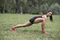 La giovane donna ha allenamento nel parco Fotografia Stock