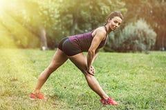 La giovane donna ha allenamento nel parco Fotografie Stock Libere da Diritti