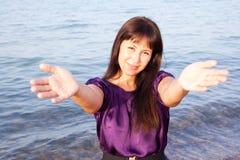 La giovane donna ha aperto le sue mani Fotografie Stock