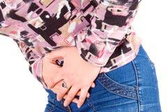 La giovane donna ha dolore addominale Fotografie Stock