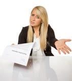 La giovane donna ha ottenuto ad un rifiuto di applicazione di lavoro i sembrare stupita Fotografie Stock