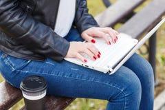 La giovane donna ha pausa caffè che si siede con il computer portatile Fotografia Stock Libera da Diritti