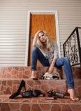 La giovane donna ha perso le sue chiavi della casa Fotografia Stock Libera da Diritti
