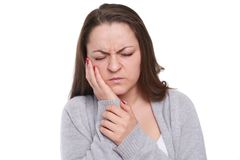 La giovane donna ha problema con il suo dente Fotografia Stock