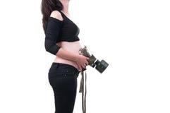La giovane donna incinta ha messo sopra la pancia una maschera antigas per proteggere il chil Fotografie Stock