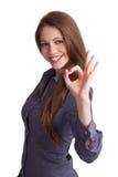 La giovane donna indica che sta facendo bene Fotografie Stock