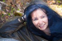 La giovane donna indossa il cappuccio dell'insetto Immagini Stock Libere da Diritti