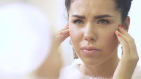 La giovane donna indossa il ` t come la sua pelle del fronte video d archivio