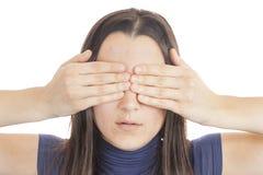 La giovane donna la copre occhi di sua mano Fotografia Stock