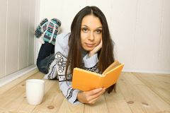 La giovane donna legge un libro Immagine Stock Libera da Diritti