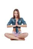 La giovane donna medita sopra fondo bianco Fotografia Stock