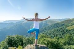 La giovane donna Meditate immagini stock
