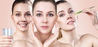 La giovane donna mostra il processo di pulizia della pelle Fotografia Stock
