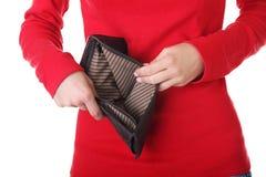 La giovane donna mostra il suo portafoglio vuoto. Immagine Stock