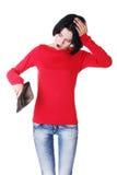 La giovane donna mostra il suo portafoglio vuoto. Fotografia Stock Libera da Diritti