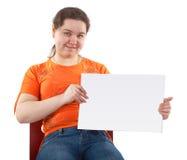 La giovane donna mostra la scheda in bianco Immagine Stock Libera da Diritti