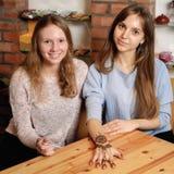 La giovane donna mostra un'arte mehendy finita sulla mano Fotografie Stock Libere da Diritti