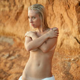 La giovane donna nasconde i suoi seni nudi Fotografie Stock