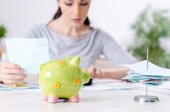 La giovane donna nel concetto di pianificazione del bilancio immagine stock