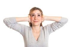 La giovane donna non gradisce il rumore Fotografia Stock