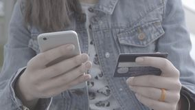 La giovane donna passa la carta di credito della tenuta quando paga video d archivio