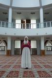 La giovane donna prega in moschea Fotografia Stock