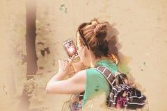 La giovane donna prende la foto con lo smartphone, illustrazione Fotografia Stock