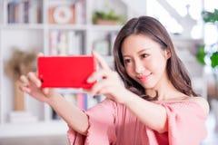 La giovane donna prende un selfie immagini stock