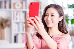 La giovane donna prende un selfie fotografie stock