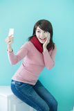 La giovane donna prende un selfie Fotografia Stock Libera da Diritti