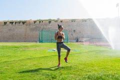 La giovane donna pronta per addestramento di forma fisica nel locale mette in mostra lo stadio Immagine Stock Libera da Diritti