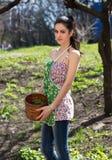 La giovane donna raccoglie le erbe fotografia stock libera da diritti