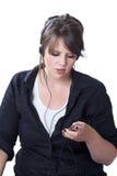La giovane donna registra il suo giocatore di musica portatile Immagini Stock Libere da Diritti