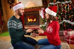 La giovane donna riceve il regalo dall'uomo Immagine Stock