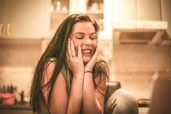 La giovane donna riceve le notizie felici su posta Fotografie Stock Libere da Diritti