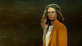 La giovane donna in rivestimento giallo parla dal telefono 05 stock footage