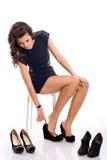 La giovane donna sceglie le scarpe Immagini Stock