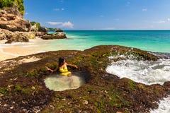 La giovane donna felice in bikini gode della vita sulla spiaggia tropicale Fotografie Stock