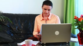 La giovane donna si è preoccupata per il pagamento delle fatture stock footage