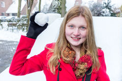 La giovane donna si è vestita nella palla di neve rossa della tenuta Immagine Stock