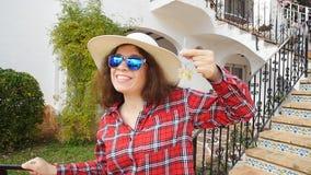 La giovane donna si accinge a entra nella sua serie di hotel archivi video