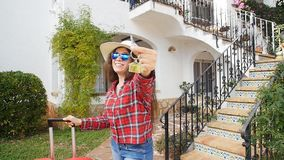 La giovane donna si accinge a entra nella sua serie di hotel stock footage